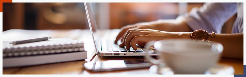 osoba używająca na laptopie