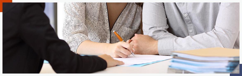 mężczyzna i kobieta podpisująca umowę ubezpieczenia